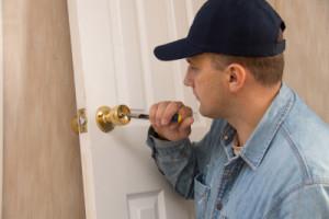 Deur openmaken zonder sleutel door een slotenmaker
